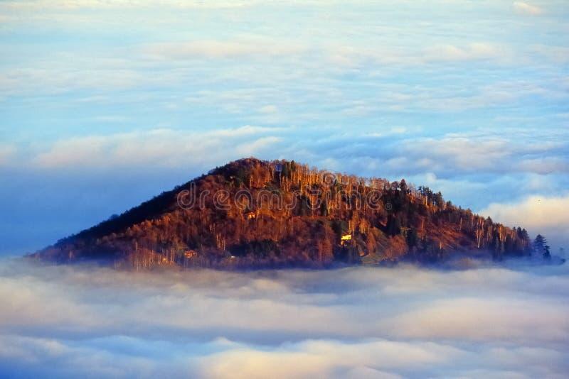Hügelseewolken stockbilder