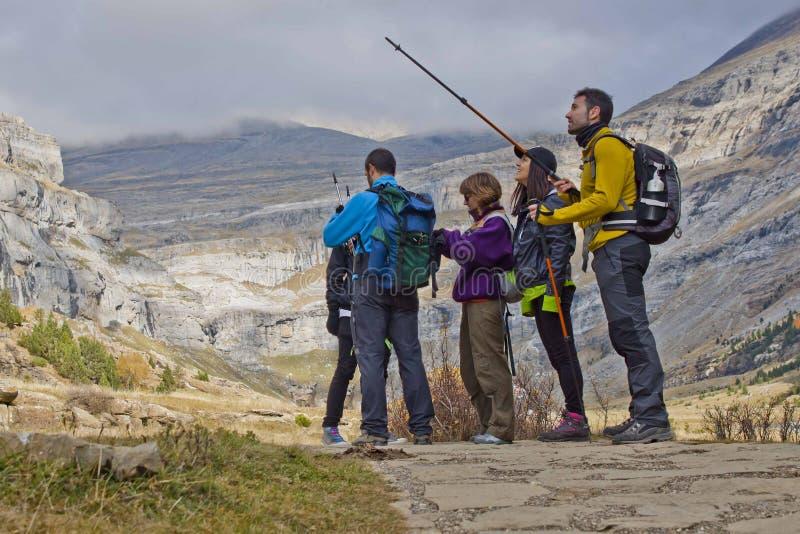 Hügelwanderer in den Bergen stockbild