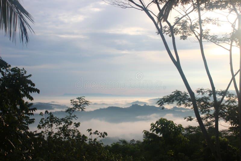 Hügelwolken und -sonne morgens lizenzfreie stockfotografie