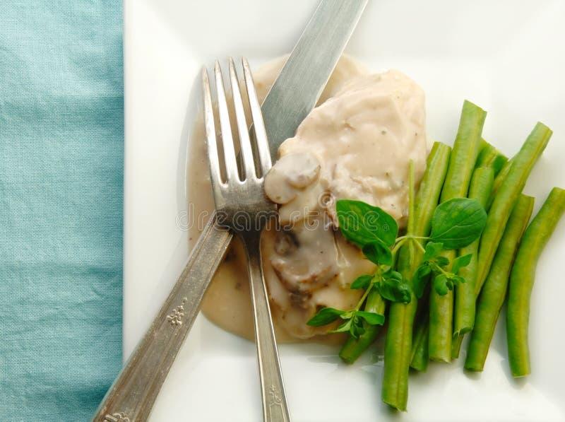 Hühnchen-Brust in der Pilz-Soße mit grünen Bohnen lizenzfreie stockfotografie