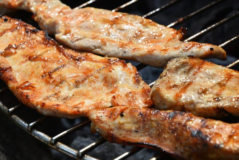 Hühner- oder Truthahnsteak fertig zubereitet auf Grill stockfotos