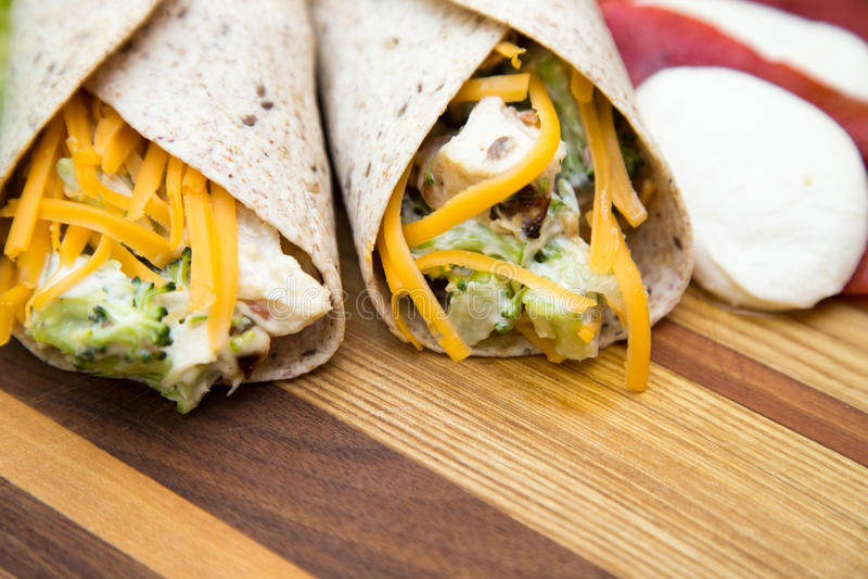 Hühner- und Brokkolisalatverpackungen stockfotos