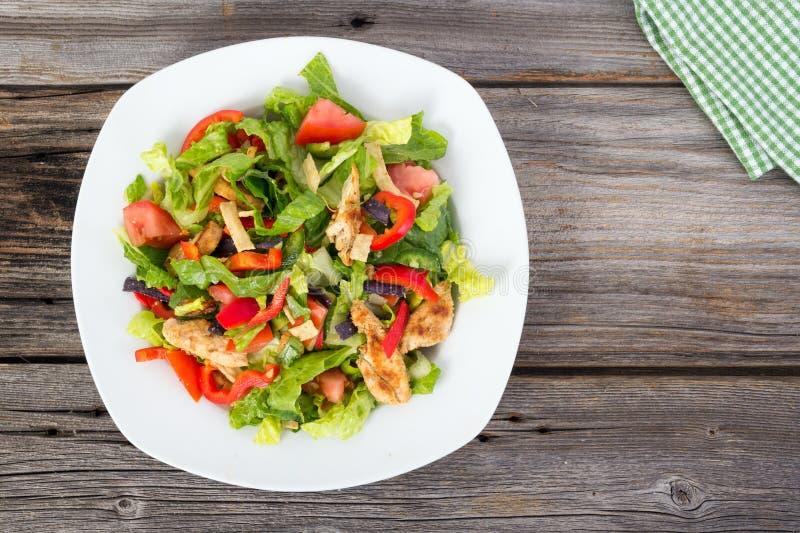 Hühner- und Gemüsesommersalat lizenzfreie stockfotografie