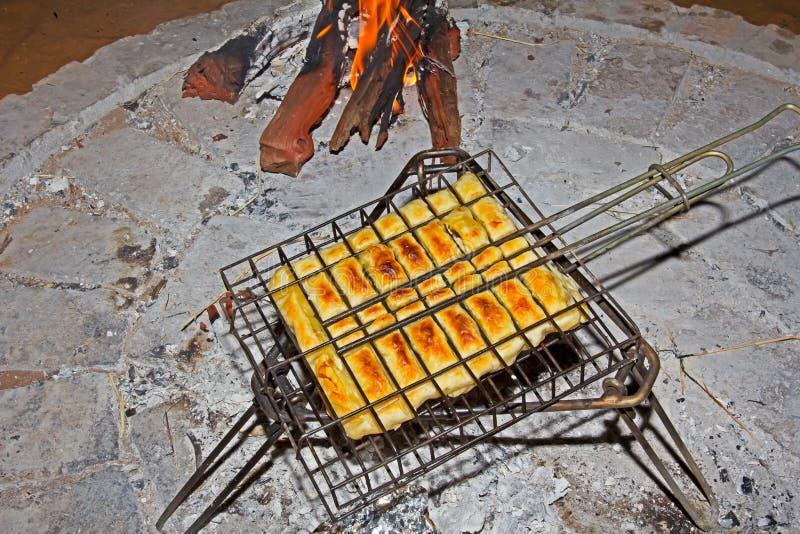 Hühner- und Pilztorte, die über Feuer kocht stockbild