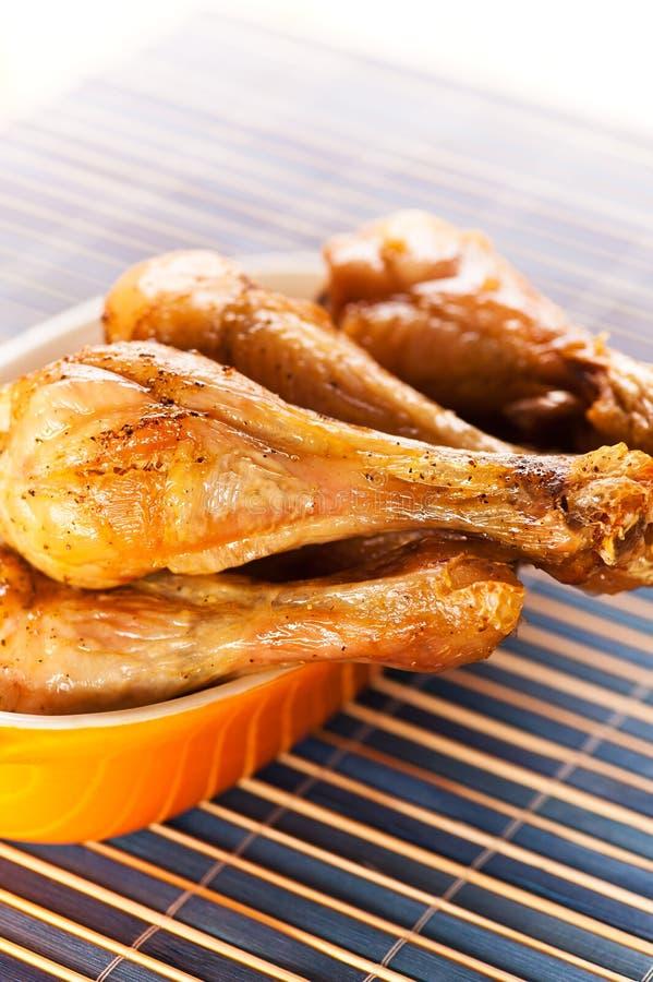Hühnerbein auf Bambusserviette stockfoto