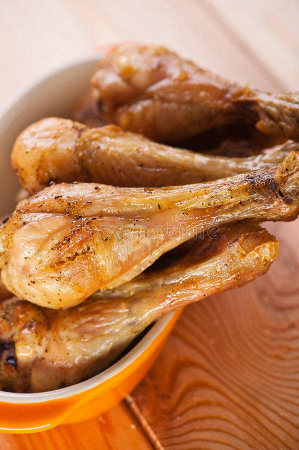 Hühnerbein auf Bambusserviette lizenzfreies stockfoto