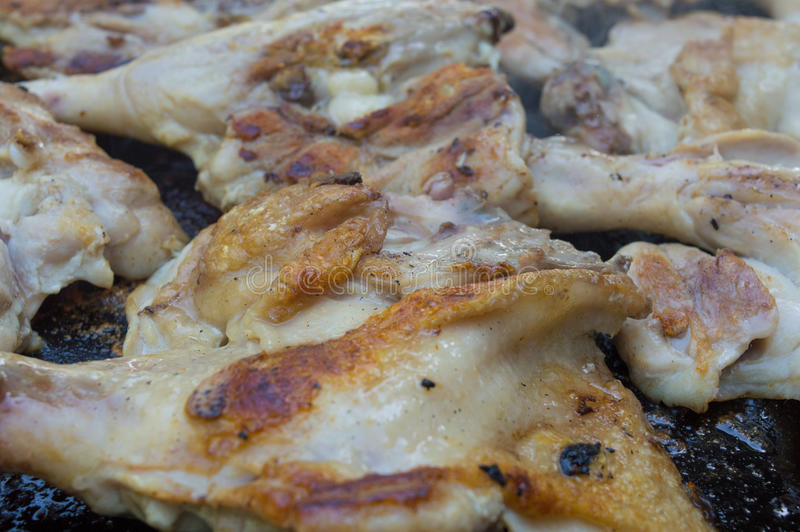 Hühnerbeine auf Grill stockfotografie