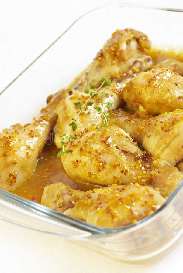 Hühnerbeine in der Soße stockbild