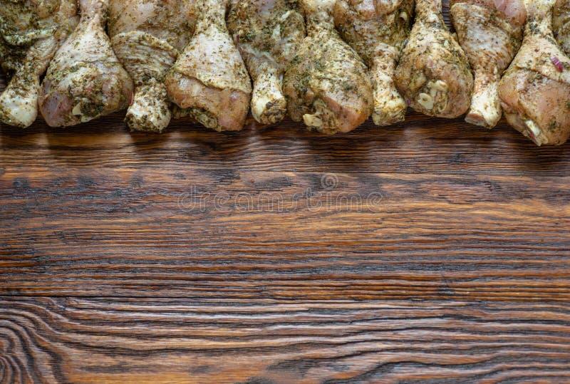 Hühnerbeine mit den Gewürzen bereit zum Kochen auf Schneidebrett stockfotografie