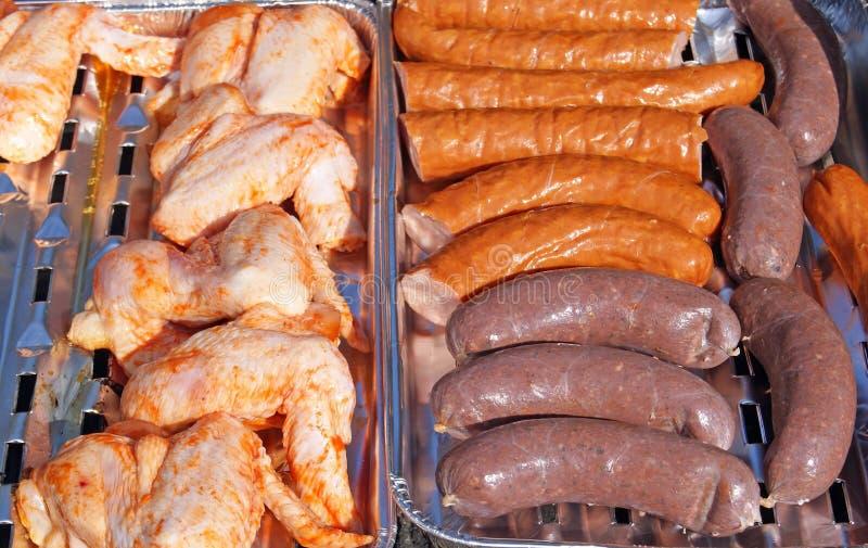 Hühnerbeine, Stange, Wurst und Blutwurst auf bbq grillen stockfoto