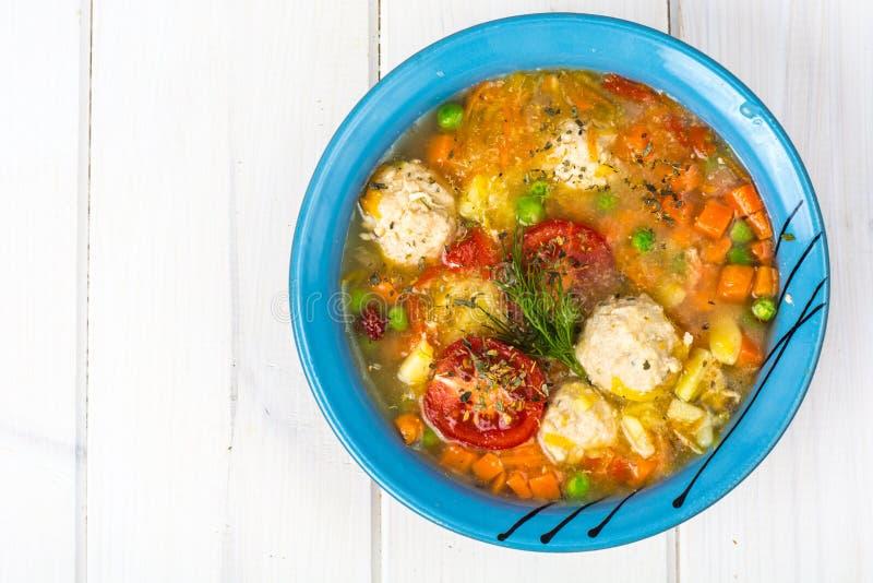 Hühnerbrühe mit Gemüse und Fleischklöschen stockbilder