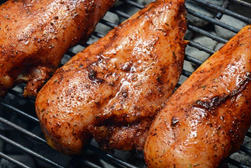 Hühnerbrüste auf dem Grill stockfoto