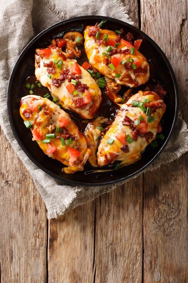 Hühnerbrust backte mit Monterey-Käse und Cheddarkäse, Speck, zu stockfotos