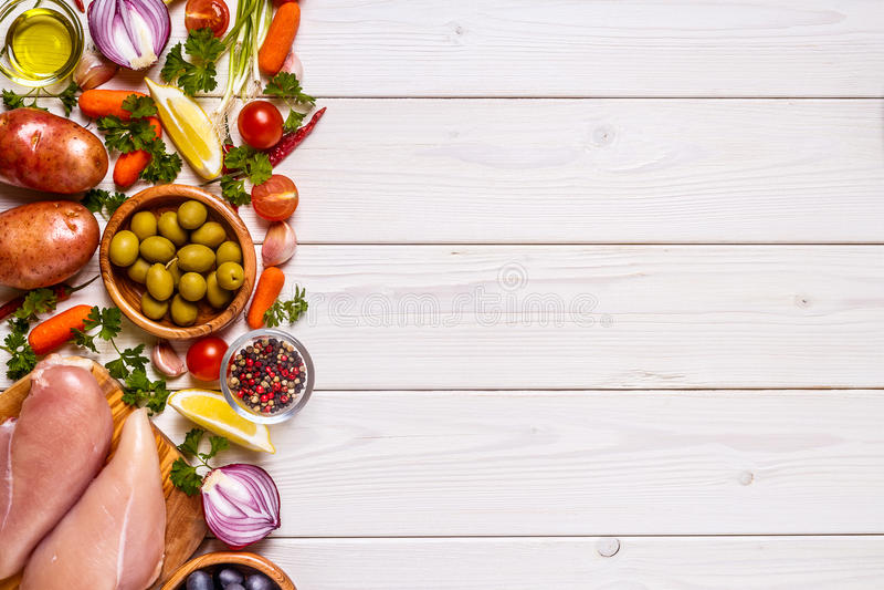 Hühnerbrust mit Frischgemüse und Gewürzen für das Kochen stockfotografie