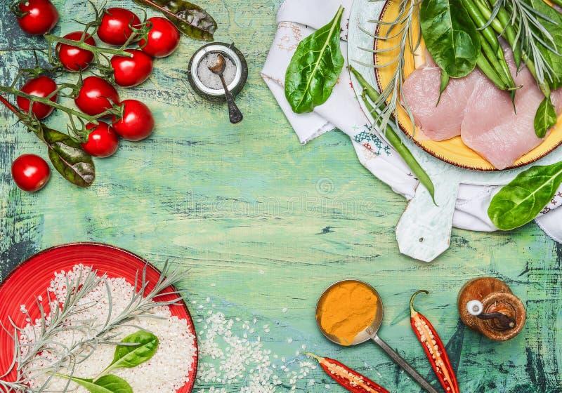 Hühnerbrust mit Reis, frischem köstlichem Gemüse und Bestandteilen für das Kochen auf rustikalem hölzernem Hintergrund, Draufsich lizenzfreie stockfotografie