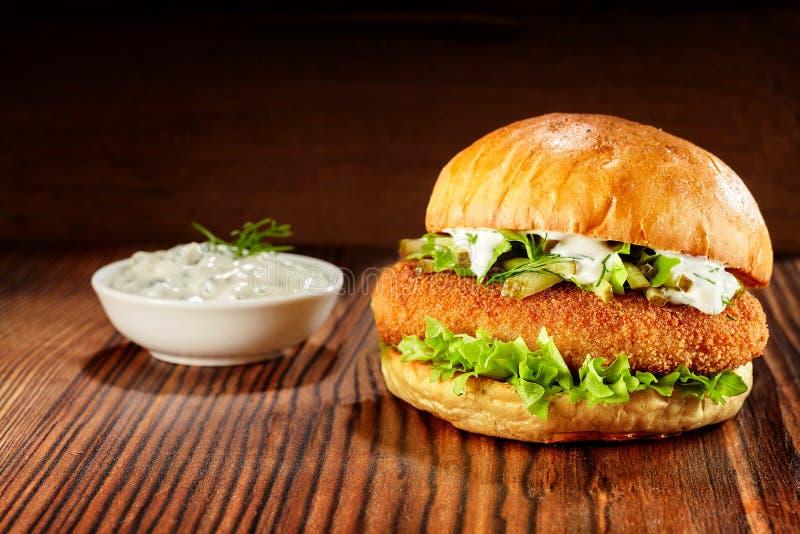 Hühnerburger mit Kopfsalat- und Majonäsenbad lizenzfreie stockfotografie
