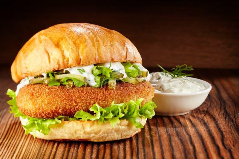 Hühnerburger mit Kopfsalat- und Majonäsenbad stockfotografie