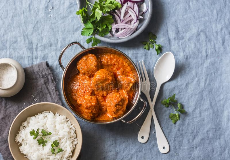 Hühnercurrysoßefleischklöschen und Reis auf einem blauen Hintergrund, Draufsicht Indische Nahrung Gesunde Nahrung stockfotos