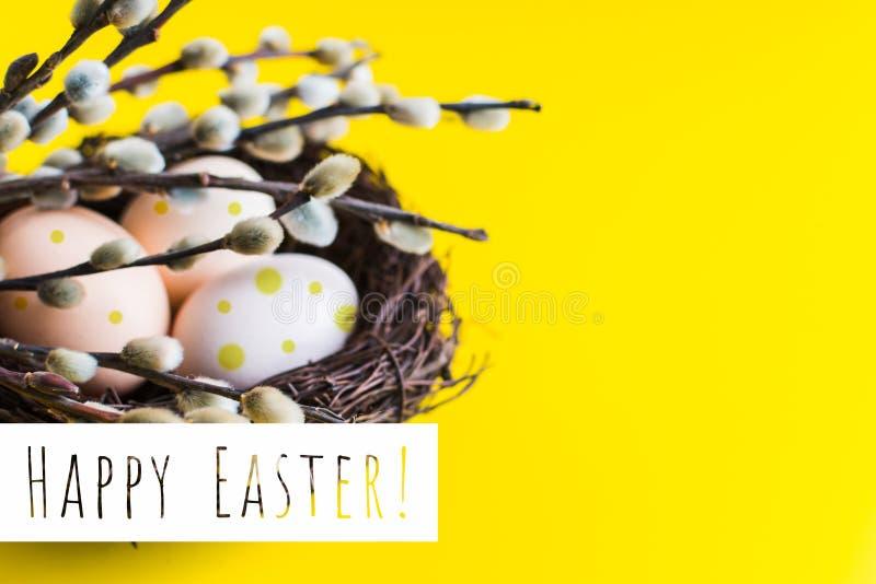Hühnereien in einem Nest mit einem Zweig der Weide Glückliches Ostern-Konzept lizenzfreie stockbilder