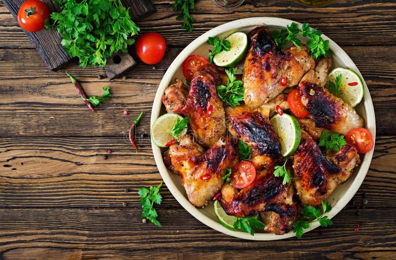 Hühnerflügel des Grills in der süß sauren Soße Picknick lizenzfreie stockbilder