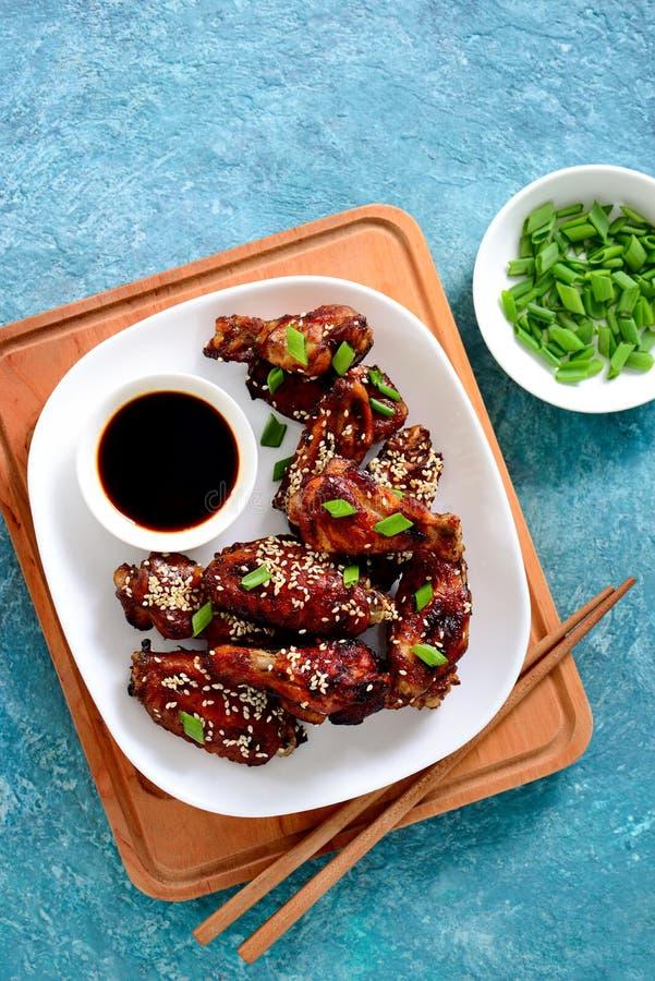 Hühnerflügel gekocht auf asiatischem Artrezept lizenzfreies stockbild