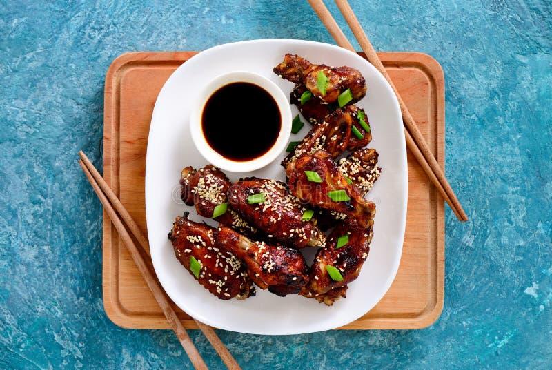 Hühnerflügel gekocht auf asiatischem Artrezept stockfotografie