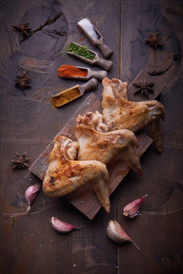 Hühnerflügel grillen Lebensmittelhintergrund, hölzernen Hintergrund stockfotos