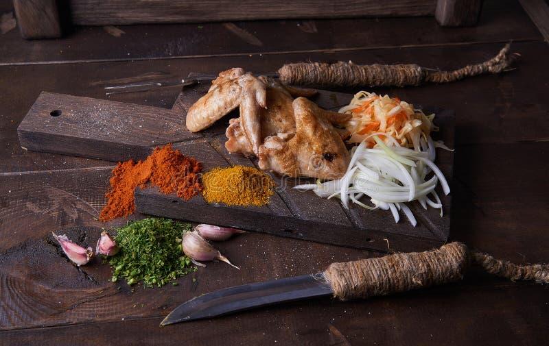 Hühnerflügel grillen Lebensmittelhintergrund, hölzernen Hintergrund stockfotografie