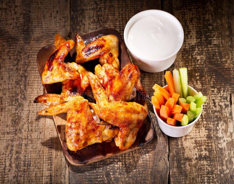 Hühnerflügel mit Frischgemüse und Soße lizenzfreies stockbild