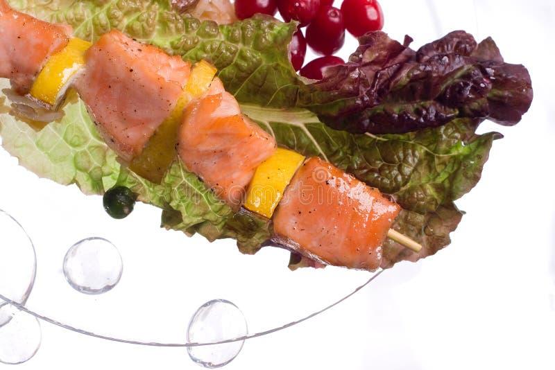 Hühnerkebab mit Reis und Gemüse auf einem weißen Hintergrund auf einem transparenten Platte decoratet mit Glassteinen lizenzfreies stockfoto