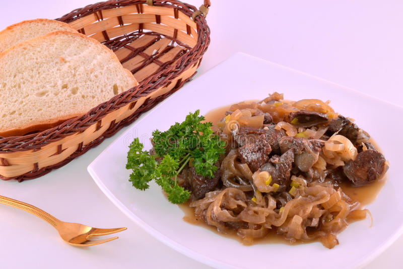 Hühnerleber mit Zwiebeln und Soße stockfotos