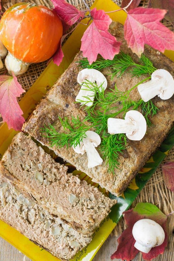 Hühnerleberauflauf mit Pilzen und Zwiebeln diente auf einer keramischen Platte H?lzerner Hintergrund Selektiver Fokus lizenzfreies stockbild