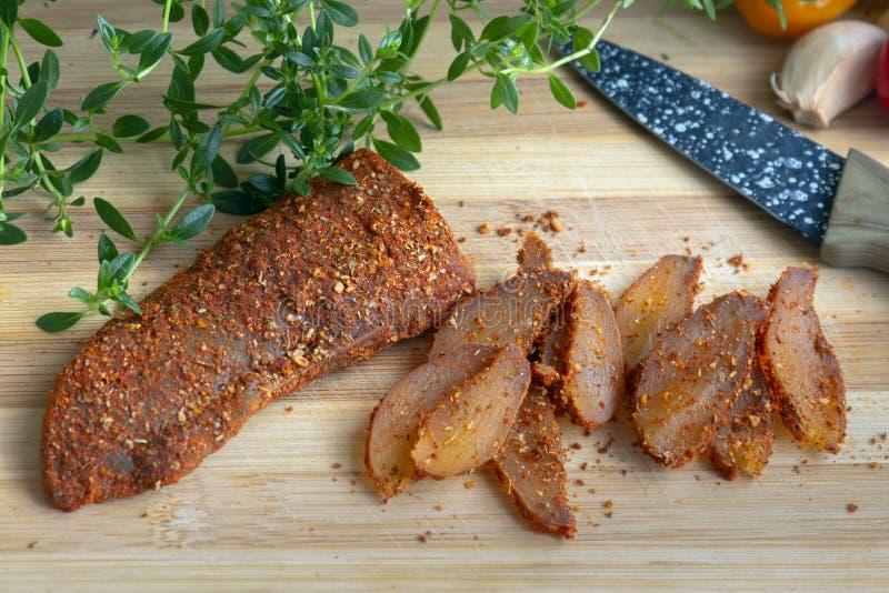 Hühnerleiste mit Gewürzen - Pfeffer, geräucherter roter Pfeffer, Bockshornklee und wohlschmeckendes lizenzfreies stockfoto