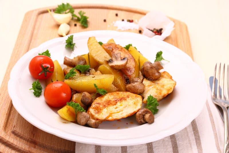 Hühnerleiste mit Pilz- und Rosmarinkartoffeln lizenzfreies stockfoto