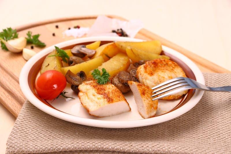 Hühnerleiste mit Rosmarinkartoffeln ein Pilz stockfoto