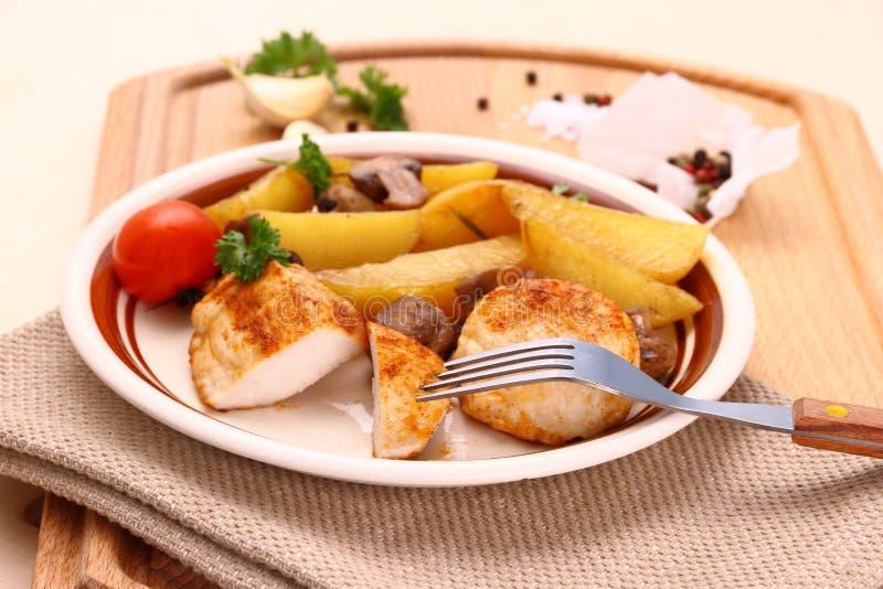 Hühnerleiste mit Rosmarinkartoffeln ein Pilz lizenzfreie stockfotos