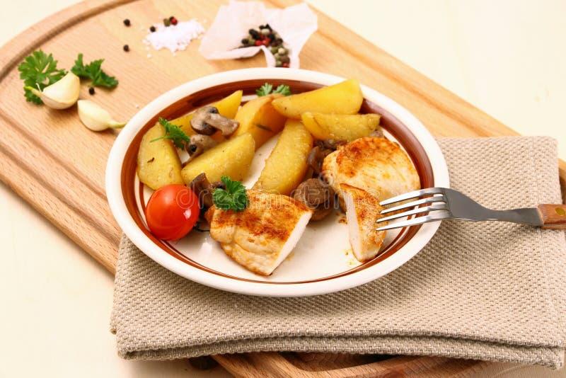 Hühnerleiste, Pilz, Rosmarinkartoffeln lizenzfreie stockfotografie