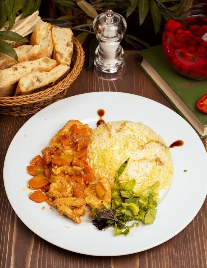 Hühnermahlzeit mit carrtos und anderem Gemüse mit Reisgarnierung lizenzfreie stockbilder