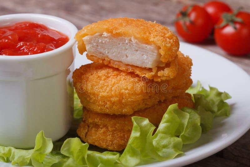 Hühnernuggets, -kopfsalat und -ketschup auf einer Platte lizenzfreies stockbild
