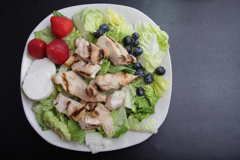 Hühnerobstsalat lizenzfreie stockbilder