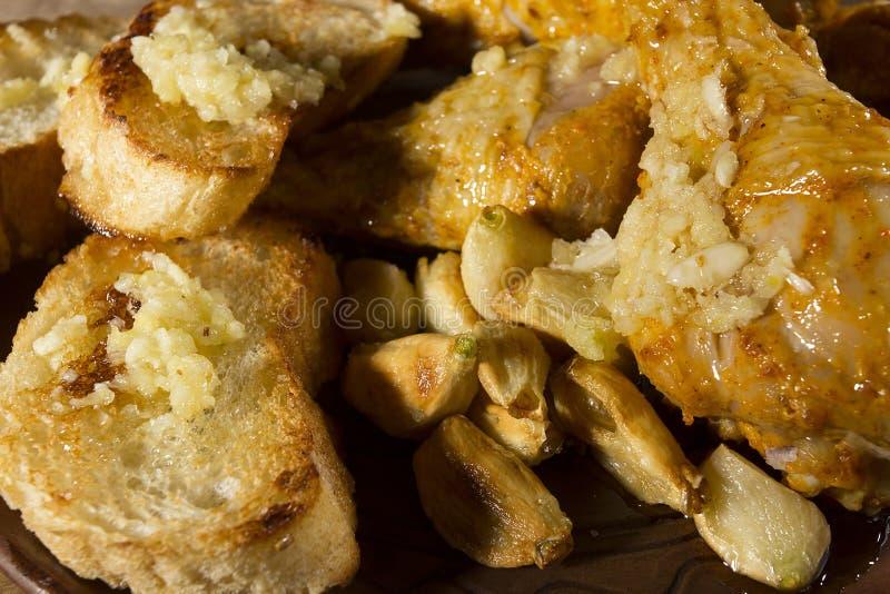 Hühnerschenkel in der Knoblauchsoße stockfoto