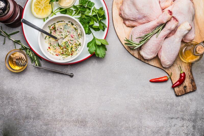 Hühnerschenkel würzt die Marinierung mit Olivenöl, Honig, Kräutern und Zitrone, Draufsicht stockbilder