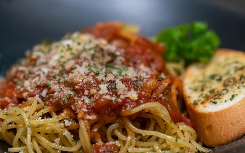 Hühnerspaghettis mit Knoblauch gebackenem Brot lizenzfreie stockfotos