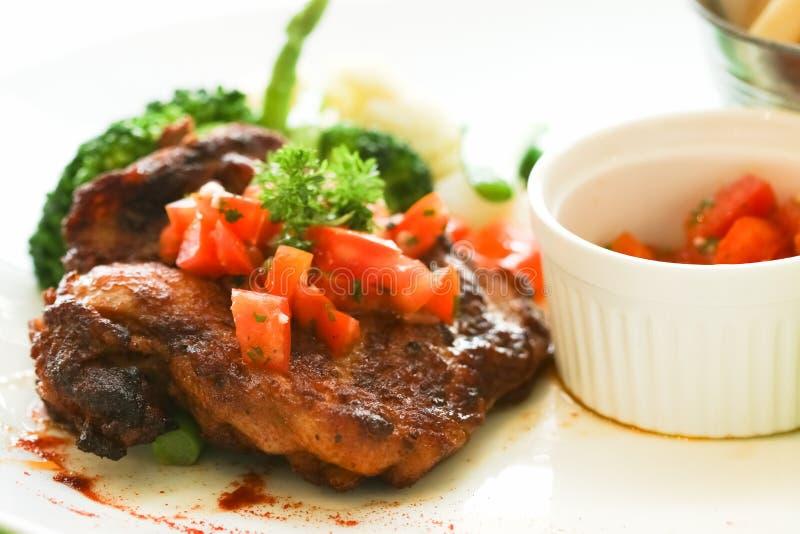 Hühnersteak mit Soße des schwarzen Pfeffers stockfoto