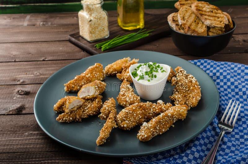 Hühnerstreifen in den Popcornbrotkrumen stockfotografie