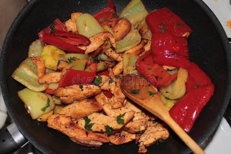 Hühnerstreifen mit Grillgemüse stockfoto