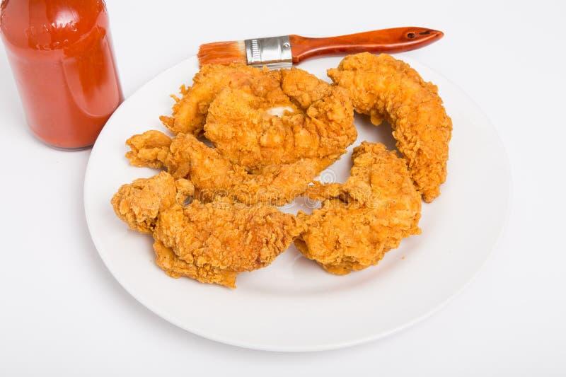 Hühnerstreifen mit scharfer Soße und Bürsten-herein Rückseite stockbilder