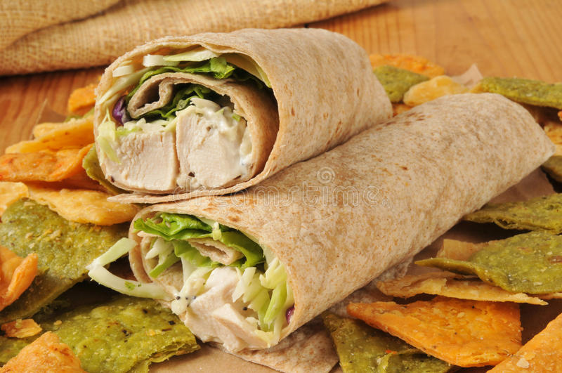 Hühnerverpackungssandwich auf Veggietortilla-chips stockbild