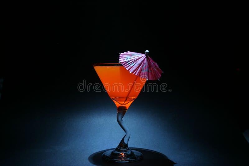 hüllt zweites Mal 5 aka Fühlerberührung der orange Flüssigkeit in einem Martini-Glas ein lizenzfreies stockbild