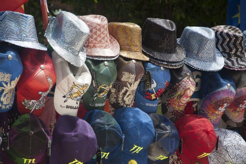 Hüte auf Anzeige im Marktstand in Torrevieja, Spanien stockfoto